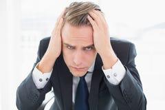 Fermez-vous d'un homme d'affaires inquiété au bureau Image libre de droits