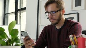 Fermez-vous d'un homme d'affaires utilisant le téléphone portable 20s 4k clips vidéos