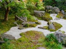 Fermez-vous d'un jardin japonais typique de zen à Kyoto, Japon photo stock