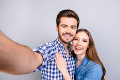 Fermez-vous d'un jeune couple gai faisant la photo de selfie sur le ` s de type Photos stock