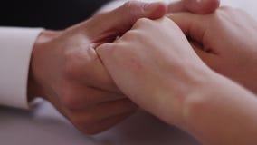 Fermez-vous d'un jeune couple se reposant à une table jugeant la main tirée sur l'appareil-photo ROUGE de cinéma de Digital dans  clips vidéos
