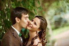 Fermez-vous d'un jeune couple visitant un parc avec photographie stock libre de droits