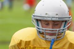 Fermez-vous d'un jeune joueur de football photo stock