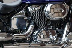 Fermez-vous d'un moteur brillant d'une motocyclette Images stock