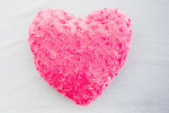 Fermez-vous d'un oreiller en forme de coeur rose Photographie stock libre de droits