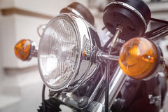 Fermez-vous d'un phare de moto Photos stock
