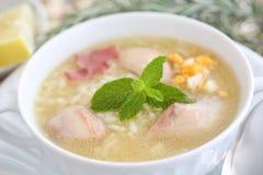 Fermez-vous d'un plat de potage au poulet savoureux et chaud Images stock