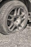 Fermez-vous d'un pneu crevé sur la voiture photos stock