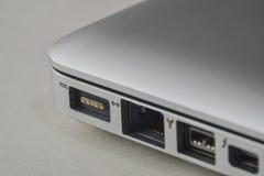 Fermez-vous d'un port de chargeur d'ordinateur portable Photos libres de droits