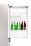 Fermez-vous d'un réfrigérateur ouvert complètement des bouteilles à bière photo stock