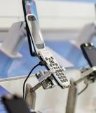 Fermez-vous d'un rétro téléphone ou téléphone portable de secousse sur l'affichage dans heure du matin photo libre de droits