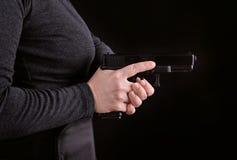 Fermez-vous d'un revolver en main photo stock