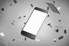 Fermez-vous d'un smartphone avec un écran vide De plus petits téléphones au fond gris Photos stock