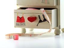 Fermez-vous d'un tiroir blanc minuscule pour garder le tailleur Equipment photographie stock libre de droits