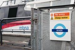 Fermez-vous d'un transport pour le signe de rivière de Londres, bateau de MBNA la Tamise Clippers sur le fond photo stock