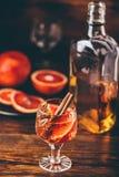 Fermez-vous d'un verre de cocktail aigre de whiskey photos libres de droits