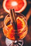 Fermez-vous d'un verre de cocktail aigre de whiskey images stock