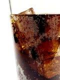 Fermez-vous d'un verre de kola photographie stock
