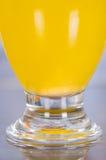 Fermez-vous d'un verre de vitamine C dissous au-dessus de la table photographie stock