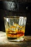 Fermez-vous d'un verre de whiskey Image stock