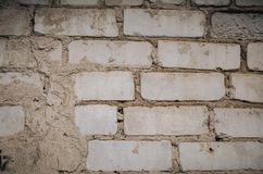 Fermez-vous d'un vieux mur de briques ext?rieur avec la peinture blanche souill?e et de ?pluchage image libre de droits