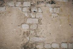 Fermez-vous d'un vieux mur de briques ext?rieur avec la peinture blanche souill?e et de ?pluchage photos stock