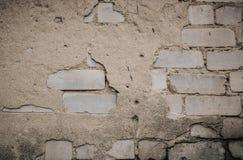 Fermez-vous d'un vieux mur de briques ext?rieur avec la peinture blanche souill?e et de ?pluchage photo stock