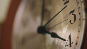 Fermez-vous d'un visage d'horloge murale banque de vidéos