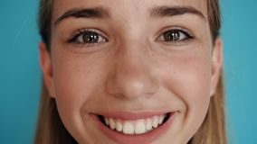 Fermez-vous d'un visage mignon de l'adolescence de fille Projectile de verticale Visage d'une belle blonde avec les yeux foncés e banque de vidéos