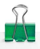 Fermez-vous d'une agrafe verte de reliure Image stock