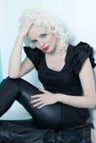 Fermez-vous d'une belle jeune femme avec les lèvres rouges Image stock