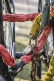 Fermez-vous d'une bicyclette à chaînes de serrure Image libre de droits