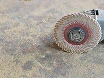 Fermez-vous d'une broyeur, de sa roue de ponceuse/de disque, et avez vu la poussière photo stock