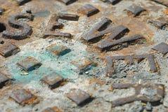 Fermez-vous d'une couverture de trou d'homme d'égout Image stock