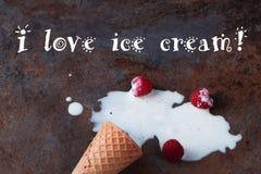 Fermez-vous d'une crème glacée de fonte sur le fond de marbre brun Avec l'inscription : J'aime la crème glacée  Photo libre de droits
