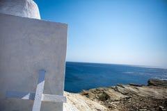 Fermez-vous d'une croix en bois peinte par blanc simple Photo libre de droits