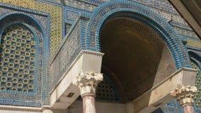 Fermez-vous d'une entrée arquée pour couvrir d'un dôme de la mosquée de roche à Jérusalem banque de vidéos