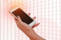 Fermez-vous d'une femme à l'aide du téléphone intelligent mobile Photo stock