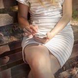 Fermez-vous d'une femme à l'aide du téléphone intelligent mobile Photographie stock