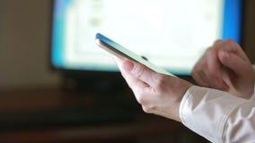 Fermez-vous d'une femme à l'aide du téléphone intelligent mobile le moniteur de fond banque de vidéos