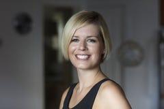 Fermez-vous d'une femme assez blonde souriant à l'appareil-photo Photo libre de droits