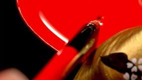 Fermez-vous d'une femme avec le Japonais classique composent sur ses lèvres Geisha avec les lèvres rouges photos stock