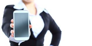 Fermez-vous d'une femme heureuse montrant son nouveau téléphone Photos libres de droits