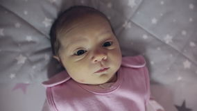 Fermez-vous d'une fille nouveau-née avec l'ictère regardant l'appareil-photo banque de vidéos