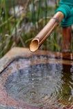 Fermez-vous d'une fontaine en bambou japonaise photo libre de droits