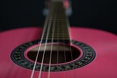 Fermez-vous d'une guitare rose photographie stock