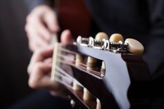 Fermez-vous d'une guitare ?tant jou?e image stock