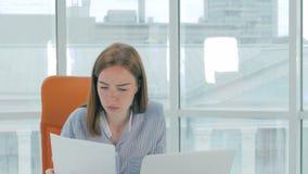 Fermez-vous d'une jeune femme très fatiguée et surchargée dans le bureau banque de vidéos