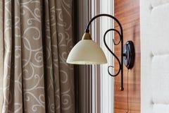 Fermez-vous d'une lampe dans une chambre d'hôtel Photo stock