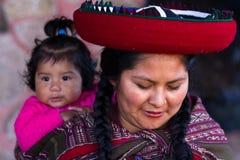 Fermez-vous d'une mère péruvienne indigène et de son bébé Photographie stock libre de droits